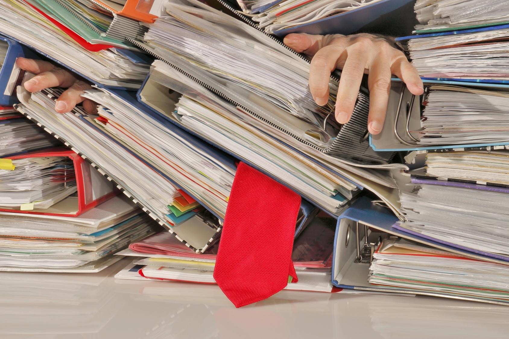 Schreibtisch voller akten  Was die jährliche Steuererklärung mit dem ungeliebten Bügelberg zu ...
